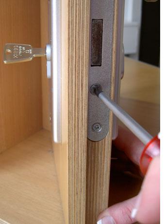 schlie zylinder beim t r abschlie en halb herausgez wer weiss. Black Bedroom Furniture Sets. Home Design Ideas